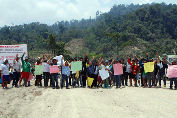 Villagers blocking the road to Murum dam September 26, 2012. Photo courtesy of Bruno Manser Fond.