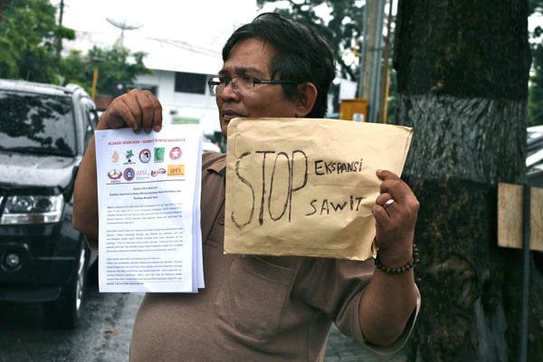 Protester at the palm oil meeting in Medan, Indonesia. Photo: Ayat S Karokaro