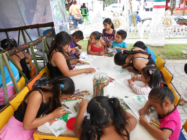 The students hard at work on their art projects during Monkey Week. Photo courtesy of Juan Carlos Serio Silva.