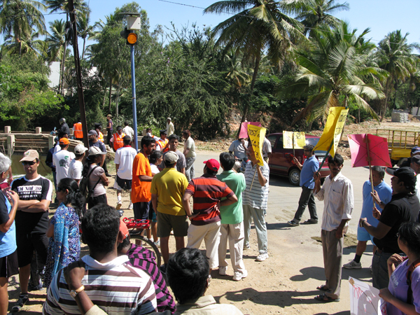 Protesting around a polluted lake - Bangalore. Photo credit: Harini Nagendra.