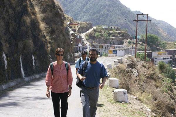 Arun Agrawal y Elisabeth Gerber en un viaje de campo en Himachal Pradesh, donde examinaban cómo varias intervenciones afectan la motivación de la gente a conservar bosques. Foto de Ashwini Chhatre.