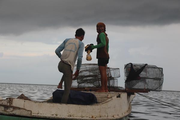 Pescatori con trappole metalliche si preparano per una giornata in mare. Isole Spermonde, Suwalesi Meridionale. Foto di: Melati Kaye (2014).