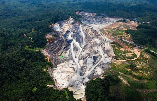 A coal mine in Kalimantan. Credit: David Beltra