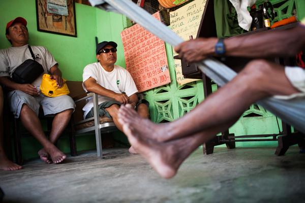 En septiembre de 2009, el ambientalista Kuna Onel Masardule (al centro) se reunión con los ancianos en el poblado de la isla de Malatupu para discutir la iniciativa REDD+. Durante las deliberaciones sobre la propuesta, se desarrollaron talleres para educar a la comunidad de Kuna Yala sobre los aspectos potencialmente positivos y negativos de REDD+. Los Kuna finalmente votaron en contra de la propuesta en junio de 2013.