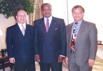 Patrick To on left, owner of BVAL, with the President of the RoC, Denis Sassou-Nguesso, and Li Yu Dong on right, director of SICOFOR. Having high political connections helps doing business in the RoC. Photo courtesy of BVAL.