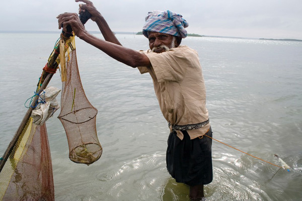 A small-scale fisher in Sri Lanka. [Credit: Nishan Perreira/Project Seahorse].