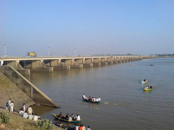 The Rasul irrigation dam, built in 1968, diverts water for crops from the Jhelum River tributary of the Indus River. No dolphins have been sighted along 490 km (304 miles) downstream since 1975. Photo credit: Wikimedia Commons.