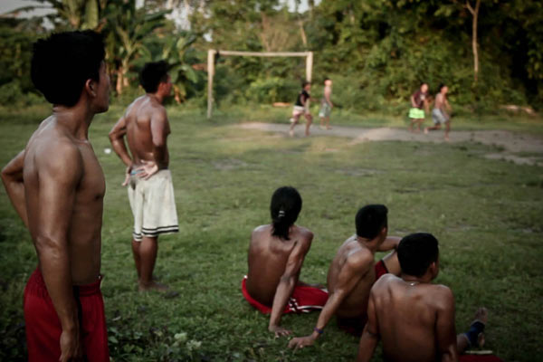 In 2013, a National Public Security Force helicopter that accompanied researchers for the São Luiz hydroelectric power plant flew over the natives' soccer field. The atmosphere was fearful and apprehensive. Photo: Marcio Isensee e Sá