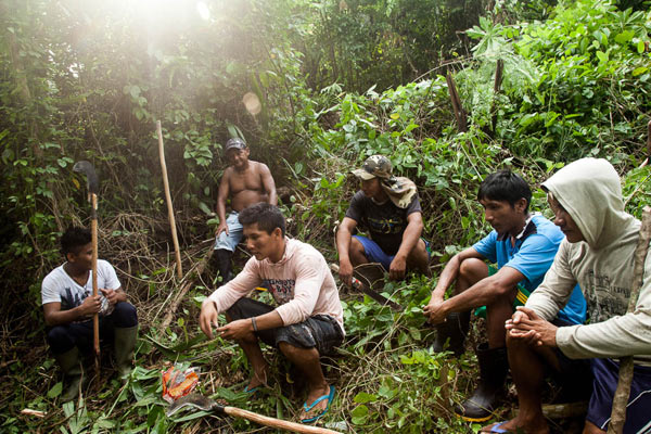 The Munduruku work on laying down the four meters wide landmark. They are following the boundaries defined by Funai itself. Photo: Marcio Isensee e Sá