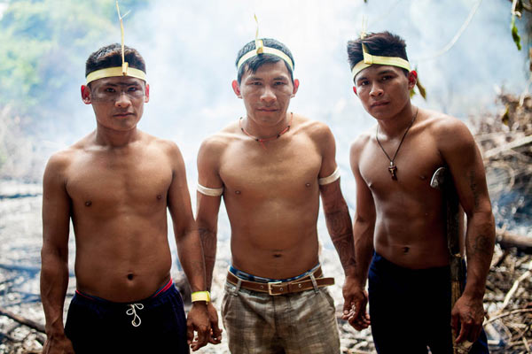 Munduruku warriors from different parts of the river get together to prepare the battlefield. Photo: Marcio Isensee and Sá