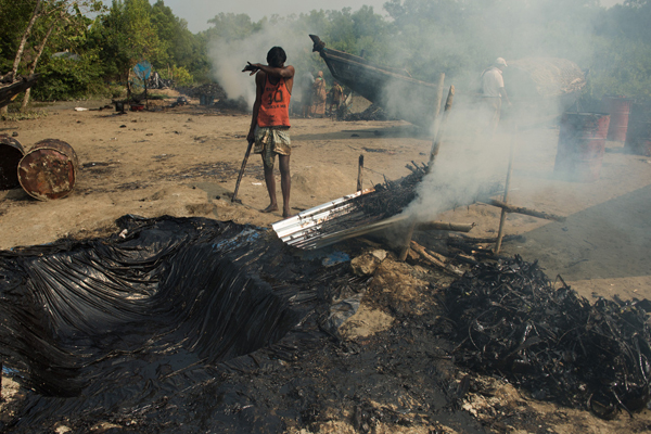 Burning the oil. Photo by: Arati Kumar-Rao.