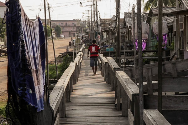Residents along the riverbank in Itaituba live in houses raised on stilts to avoid the effects of flooding. With no paved roads, water main, or sanitation system, these families are extremely vulnerable