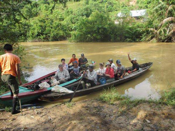 Research team collecting plants along Kapas River in Harapan Rainforest. Photo credit. Rogier de Kok