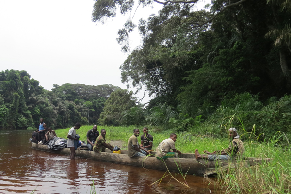 The expedition team in a dug-out canoe during a break on the Bokiba River in the Ntokou-Pikounda National Park. Photo by: Lieven Devreese.