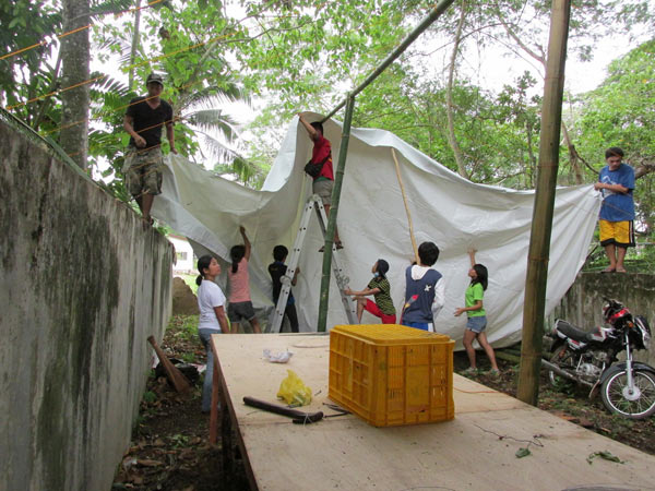 Volunteers create shade for the animals. Photo credit: Dr. Sabine Schoppe, Katala Foundation.
