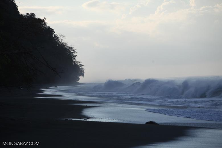 Breaking surf on a beach on the Osa Peninsula [costa-rica_1455]