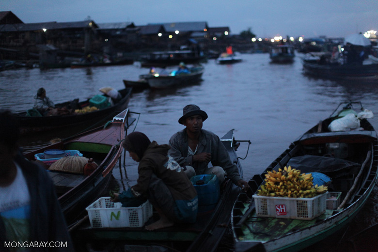 Floating market in Banjarmasin [kalsel_0194]