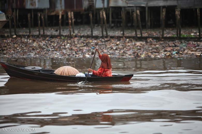 Woman paddling a canoe in Banjarmasin [kalsel_0340]