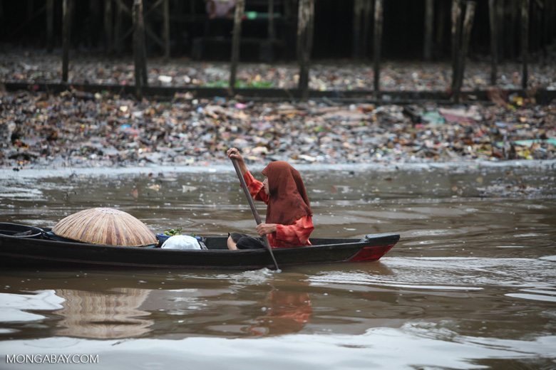 Woman paddling a canoe in Banjarmasin [kalsel_0343]