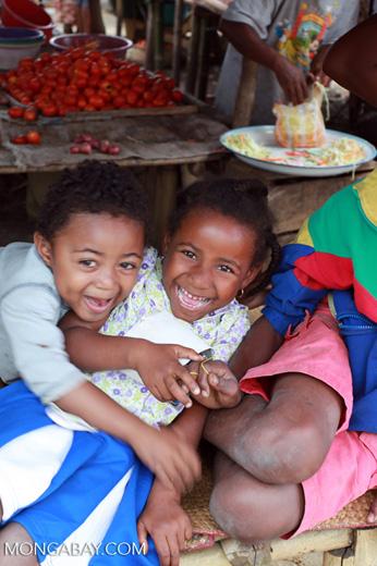 Children in Maroantsetra [madagascar_2103]