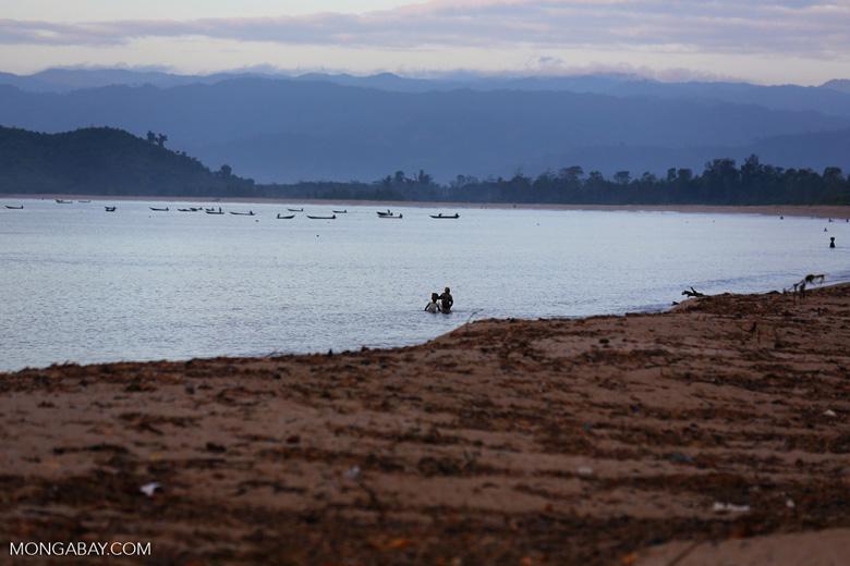 Villagers fishing on a beach in Maroantsetra [madagascar_maroantsetra_0259]