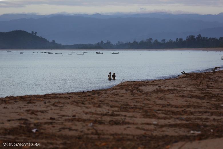 Villagers fishing on a beach in Maroantsetra [madagascar_maroantsetra_0260]