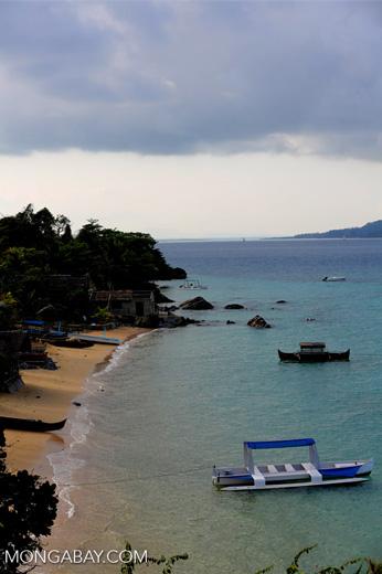 Boats along a beach on Nosy Komba [madagascar_nosy_komba_0109]
