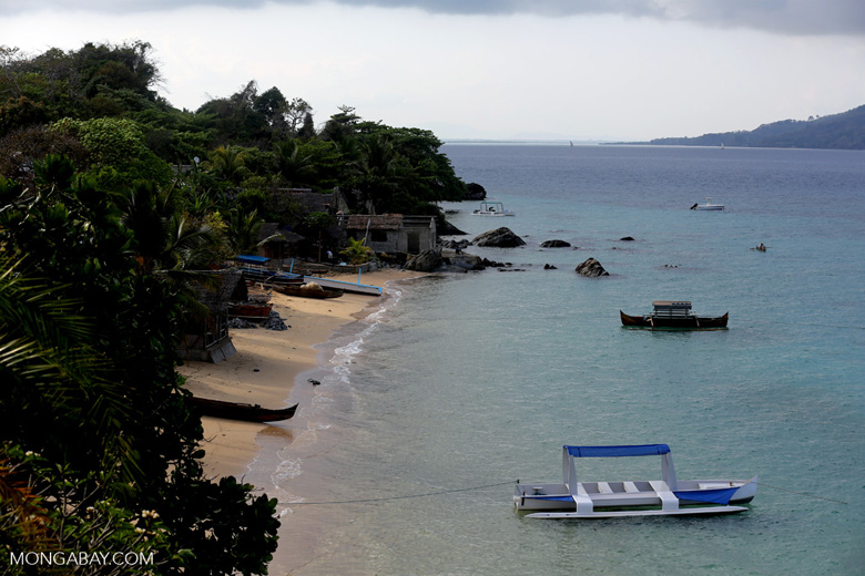 Boats along a beach on Nosy Komba [madagascar_nosy_komba_0111]