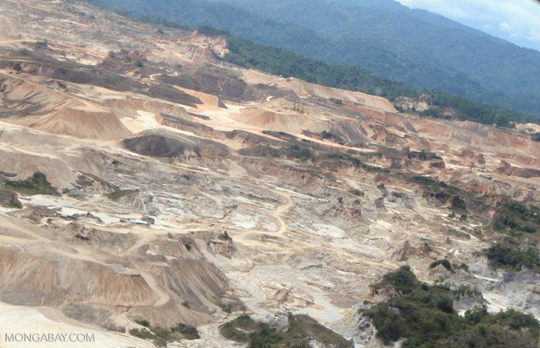 Dirt road near Rio Huaypetue gold mine