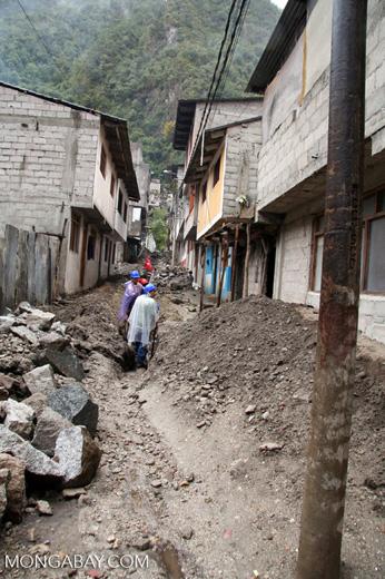 Doing street work in Machu Picchu Pueblo.   [machu_picchu-Machu_1020_1207]