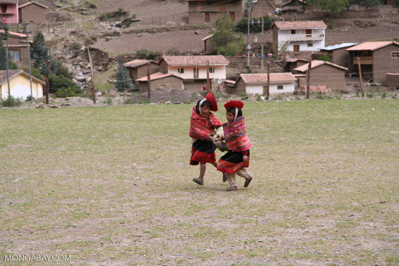 Children playing in the Willoq community