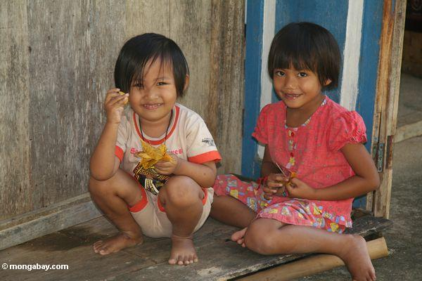 Little girls at Lemo (Toraja Land (Torajaland), Sulawesi)