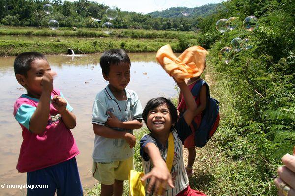Children playing with bubbles (Toraja Land (Torajaland), Sulawesi)
