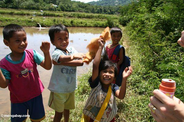 Children playing with bubbles at Londa Nanggala (Toraja Land (Torajaland), Sulawesi)