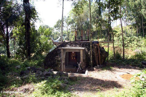 Granite boulder grave at Pana (Toraja Land (Torajaland), Sulawesi)