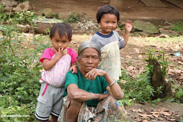 Old woman with kids (Toraja Land (Torajaland), Sulawesi)