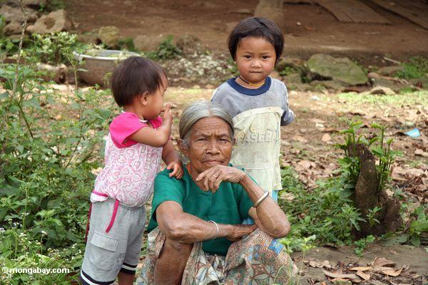 Old woman with children (Toraja Land (Torajaland), Sulawesi)