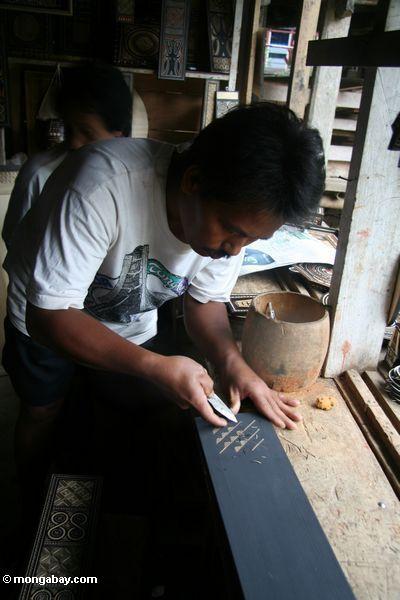Man carving wood souvenirs at Ketu Kese (Toraja Land (Torajaland), Sulawesi)
