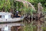 Man fishing on the Seikonyer River in Kalimantan (Kalimantan, Borneo - Indonesian Borneo)